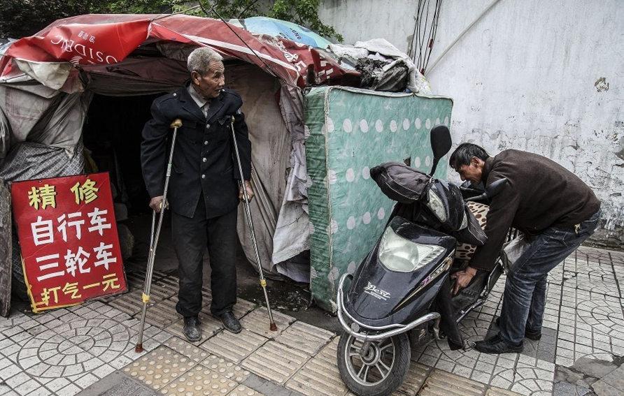 西安104岁老人蜗居街头修单车:称儿孙在美国 - 一统江山 - 一统江山的博客