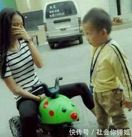 <b>大姐,你也太任性了吧,怎么能抢小孩的玩具车呢</b>