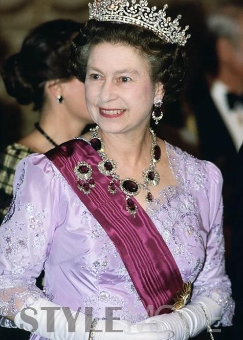 英国女王的项链 - 小狗 - 窝