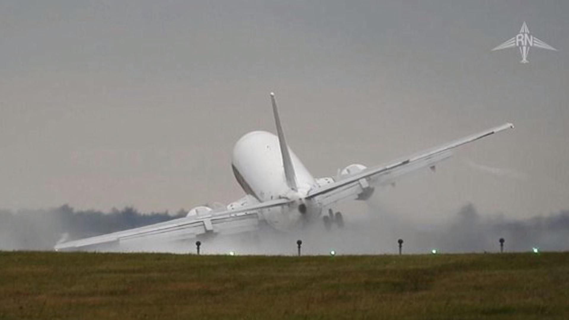 据英国《每日邮报》报道,近日,一架波音客机准备在捷克机场降落时发生了惊悚的一幕,据了解,这架客机在降落的瞬间突然遭遇了大风,造成飞机机身整个倾斜,为了防止撞机事故的发生,驾驶员立即放弃了着陆。  视频的拍摄者Radko Nasinec介绍,这架客机的型号为波音737型客机,从其拍摄的视频中可以看到,飞机在着落瞬间,整个机身发生了严重的倾斜,甚至有一边的机翼都快要接触到了跑道。  据了解,事发地位于布拉格的Vaclav Havel机场,这架波音737客机在放弃了降落之后,又摇摆着飞上了天,整个过程虽然只有短