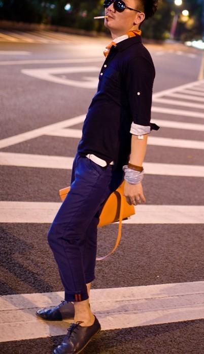 男士的棕色皮鞋配什么样的裤子穿好看?22岁的男孩