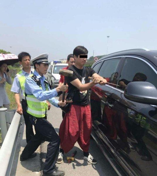 女司机负气将老人小孩锁车内暴晒 交警砸车救人
