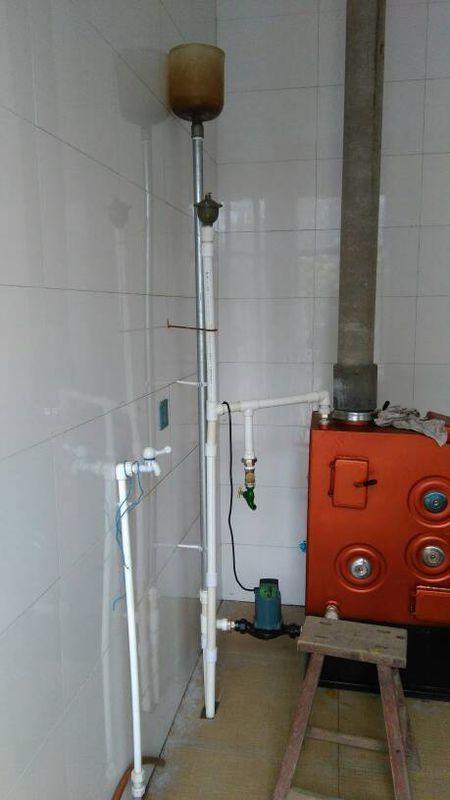 家用地暖自己和采暖炉连接好了但是一烧就开锅补水箱往外出水 还有两