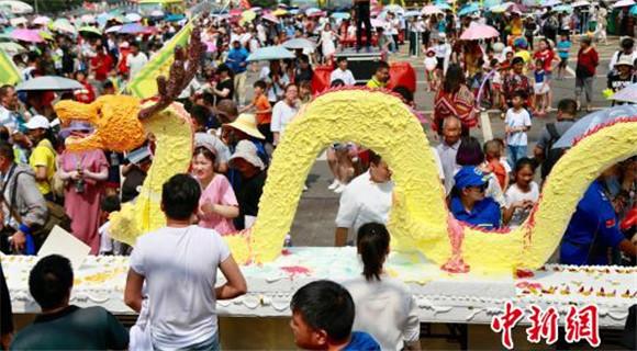 河南一景区现巨型蛋糕 长18米用料上吨