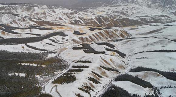 甘肃肃南祁连山腹地迎降雪