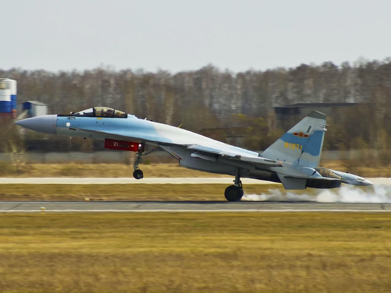 我军苏35战机一边绕岛一边飞往莫斯科!中俄或