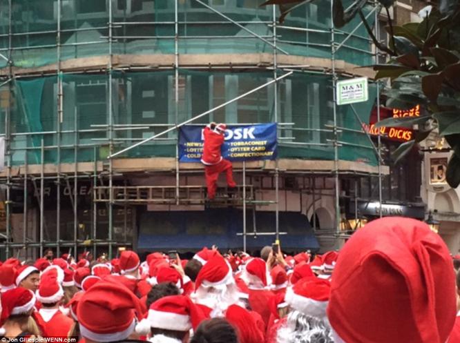 伦敦街头狂欢 参与者穿着暴露当众小便 - 颜神闲人 - 颜神闲人