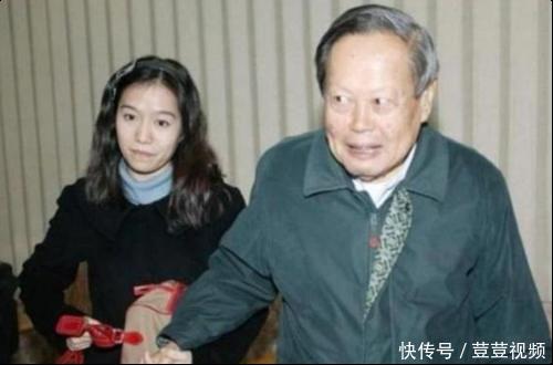 96岁杨振宁携妻子秀恩爱后,清华被偶遇,翁帆显憔悴!