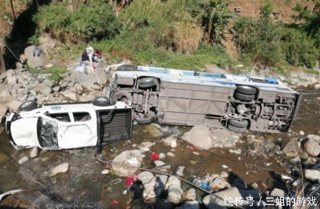 泸沽湖旅游大巴坠河,疑因后车皮卡超车导致,肇事嫌疑者已被控制