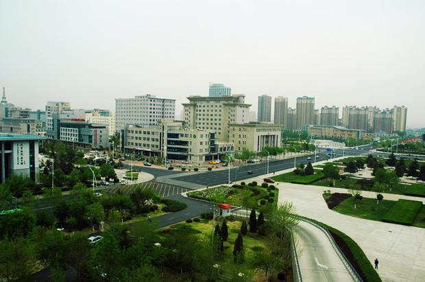 华北地区结合部,距北京,沈阳等中心城市400公里左右,距锦州,秦皇岛等