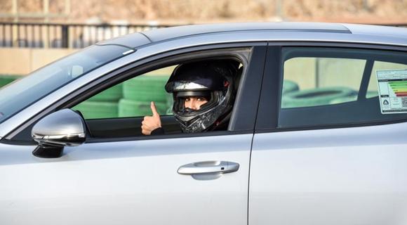开车解禁还不够 这位沙特美女要当赛车手