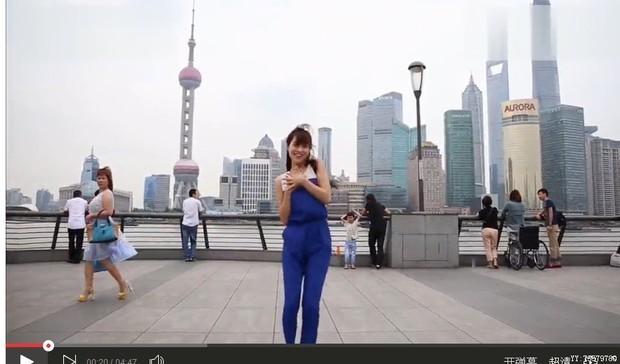 上海外滩跳《小苹果》的美女是谁啊