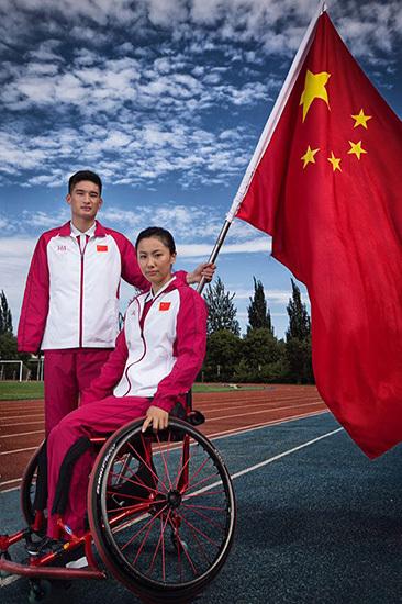 西服左胸上耀眼的五星红旗,代表著祖国的利益高於一切;丝巾上的龙凤