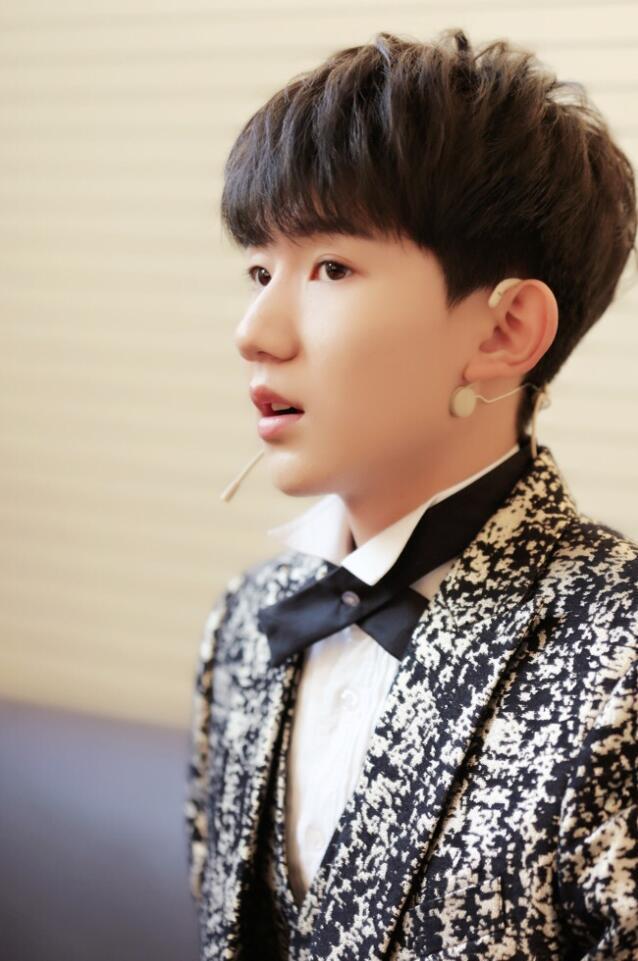 帅气乖巧的脸庞,王源是tfboys长相最可爱的一位,有刘海这种帅就更了不