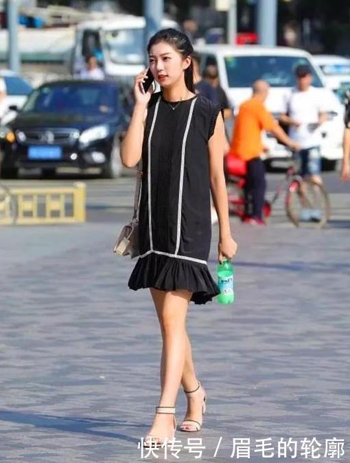 街拍:芳菲妩媚的美女,一件黑色吊带配牛仔短裤,时尚达人气质