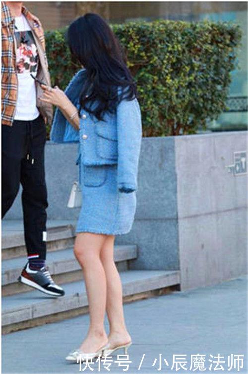 街拍:性感可爱紧身打底裤女人,尽显婀娜多姿美态,显出迷人身材