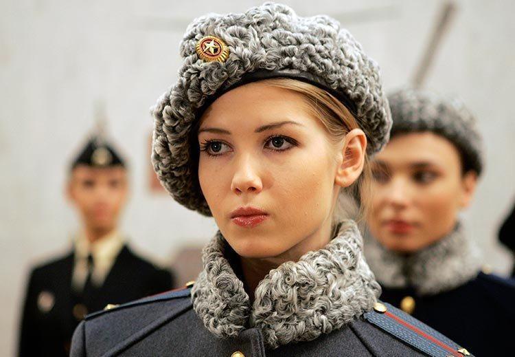 世界最美女兵,非战斗民族莫属!眼睛大、骨架小、这里最突出