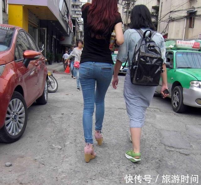 跟拍:美臀性感牛仔裤穿的这样性感,可不是谁妻人少妇a性感15p图片