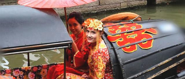 乌克兰新娘在绍兴古镇举行水乡婚礼